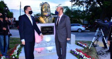 Gildo Insfrán presidió descubrimiento de busto en honor al mariscal Francisco Solano López
