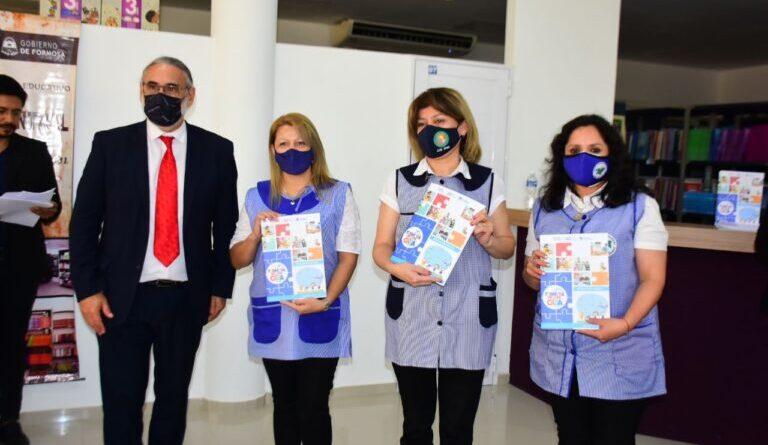 El ministro Basterra presentó la tercera edición del cuadernillo educativo provincial y entregó tablets a estudiantes secundarios